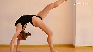 Lovely sporty teen Anna Mostik does some cute gymnastics tricks
